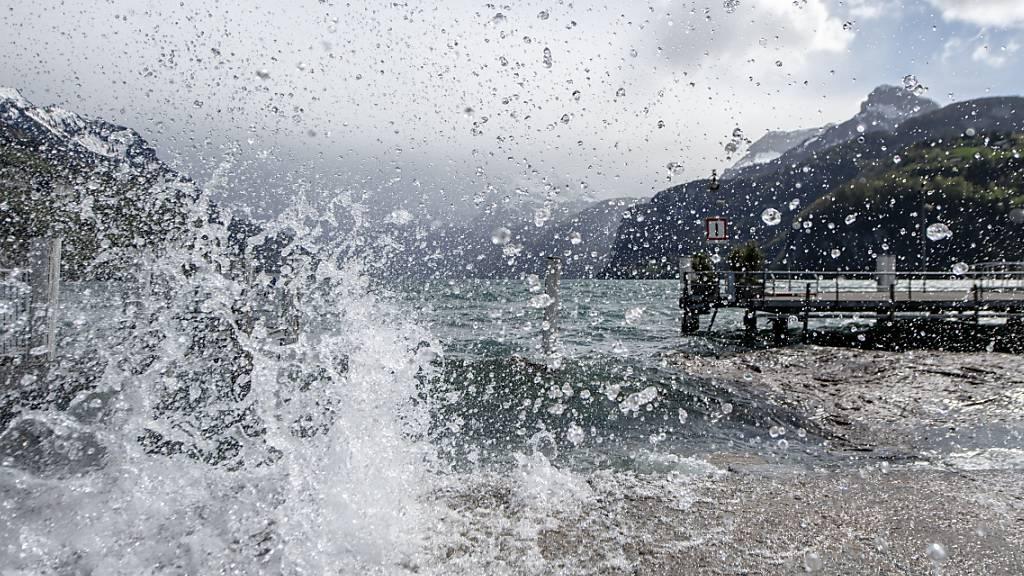 Föhnsturm in der Schweiz kündigt sich mit Orkanböen an