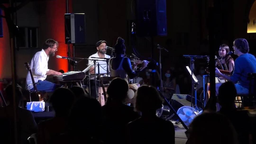 Impressionen vom Songcircle im Merker-Areal - als Finale serviert das prominente Quintett das italienische Partisanen-Lied 'Bella Ciao'