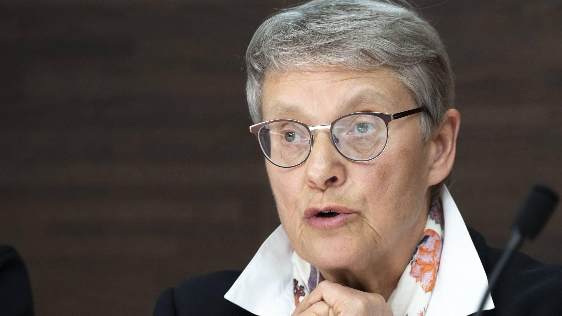 Die Waadtländer Staatsrätin Béatrice Métraux spricht an einer Pressekonferenz.
