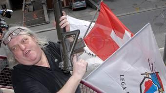 Giuliano Bignasca feiert 2007 den Wahlsieg mit einer Gewehrsalve.