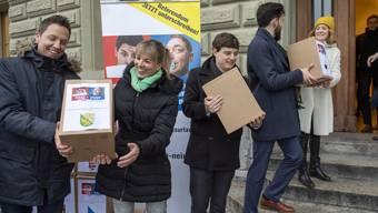 Die Initianten reichen die Unterschriften bei der Bundeskanzlei in Bern ein.