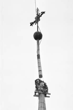 Die beschädigte Spitze der Luzerner Hofkirche musste per Super Puma abtransportiert werden.