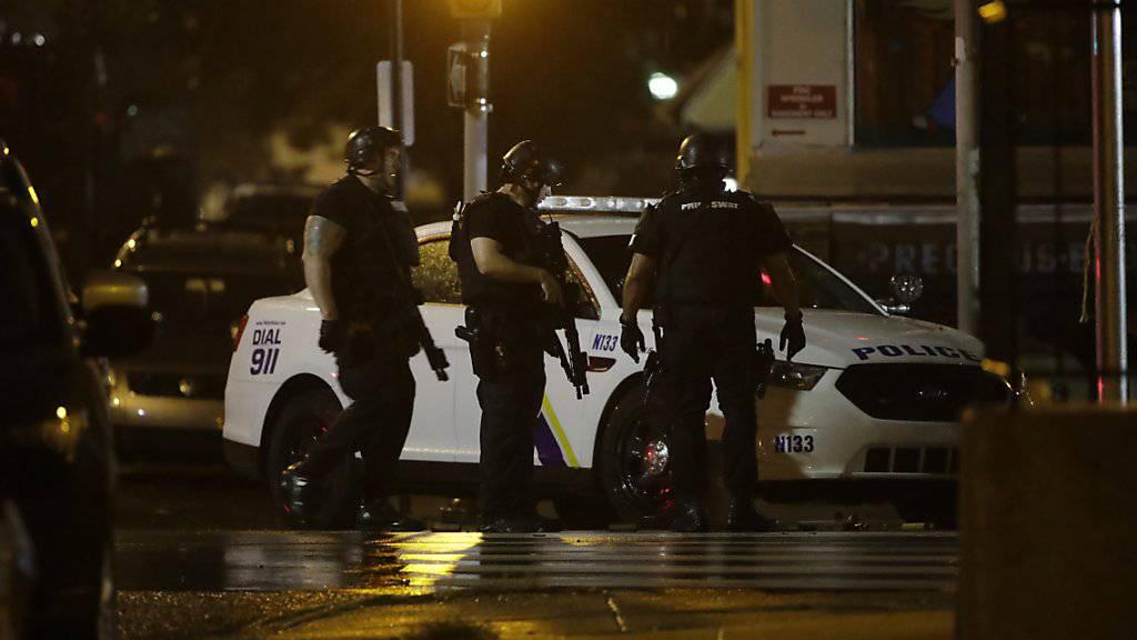 Mehrere Polizisten in der US-Stadt Philadelphia wurden bei einem Schusswechsel mit einem in einem Haus verbarrikadierten Mann verletzt.