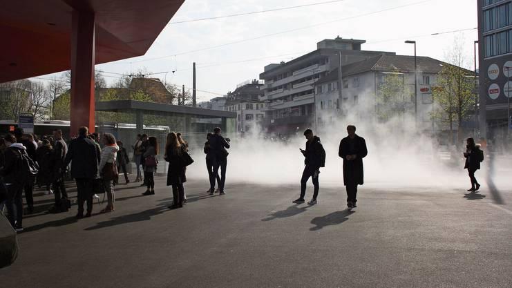 Der moderne Nebelbrunnen auf dem Schlieremer Stadtplatz kann den Durst der Passanten nicht löschen.