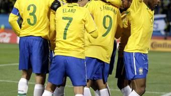 Brasilianische Spielertraube um 1:0-Torschütze Maicon