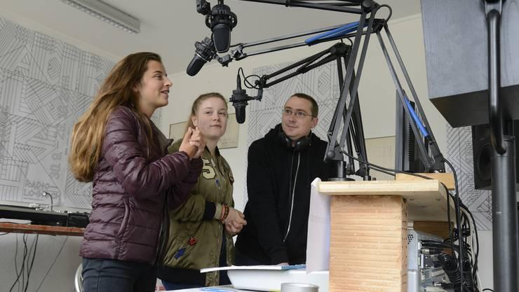 Franca Foppa (l.) Adriana Peter (m.) und Pascal Humbert beim Radiomachen.