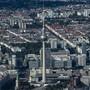 Das Geschäftsklima hat in Deutschland hat sich überraschend eingetrübt: der Alexanderplatz in Berlin aus der Vogelperspektive (Archivbild).