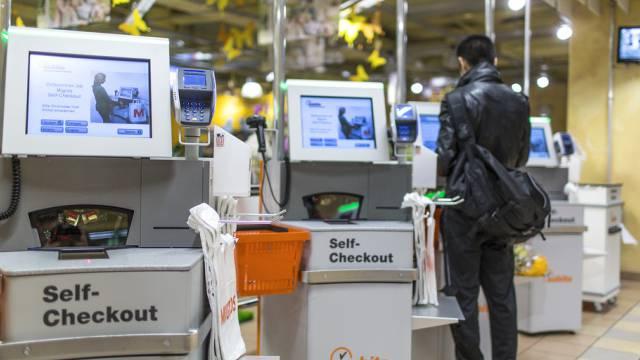 Kunden an einer Self-Checkout-Schalter in Baden (Archivbild)