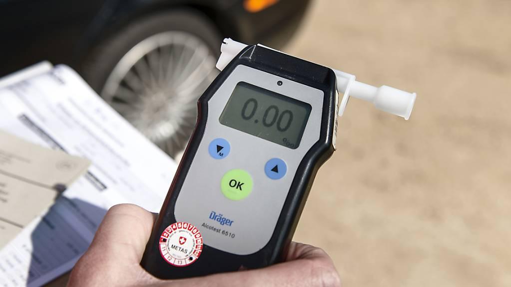 Die Kantonspolizei Thurgau hat einen leicht verletzten Velofahrer aufgefunden. Eine Atemalkoholprobe bei dem 52-jährigen Deutschen ergab einen Wert von 1,6 mg/l. (Symbolbild)