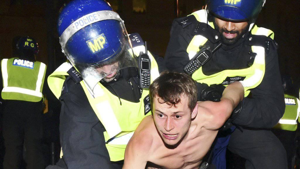 Demonstrant auf dem Trafalgar Square in London wird während der Kundgebung gegen den Kapitalismus von Polizisten festgenommen.