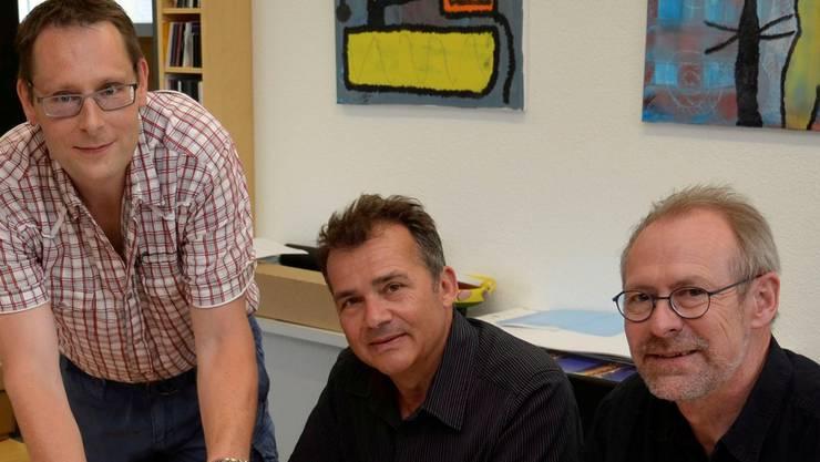 Autor Eddy Schambron, Gestalter Willy Müller und Drucker Michael Schumacher (von rechts) besprechen die Details zum Druck des Buches «Oberfreiamt». Es wird 284 Seiten und 150 Fotos aufweisen.