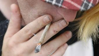 Der Cannabiskonsum in der Schweiz soll untersucht werden (Symbolbild)