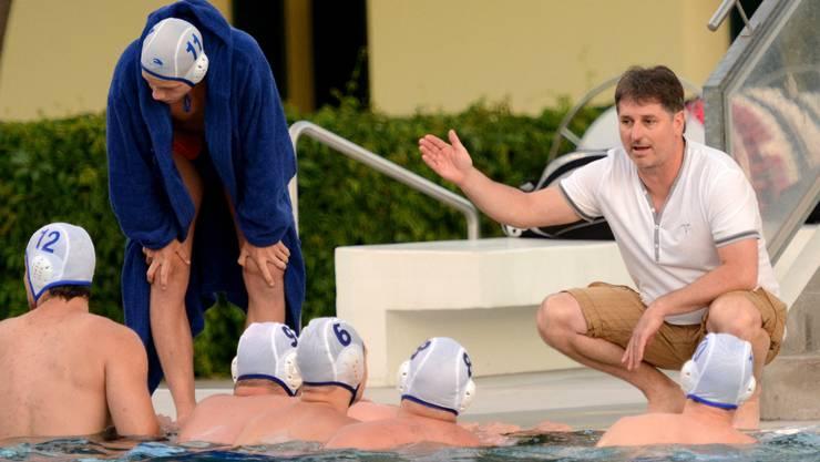 SV Basels Trainer Istvan Pinter (r.) ist sich der Probleme der Randsportart Wasserball bewusst.