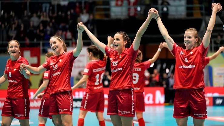 Können Seraina Ulber (Zweite von rechts) und ihre Teamkolleginnen erneut zusammen mit dem frenetischen Publikum einen Sieg feiern?