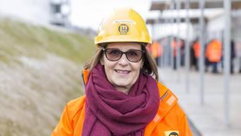 Wenn Tunnel-patin Maya Grossmann die Gubrist-Baustelle besucht, öffnen die kräftigen Bauarbeiter ihre grossen Herzen. Für die irdische Vertreterin der heiligen Barbara zeigen sie viel Wertschätzung.