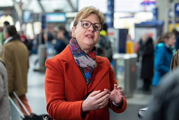 Edith Graf-Litscher erläutert dem SWR die Vorzüge des Schweizer Bahnverkehrs.