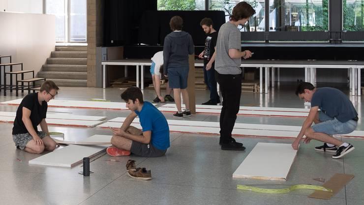 Kanti-Schüler bei den Vorbereitungsarbeiten für ihre Badenfahrt-Beiz.