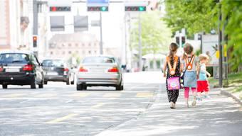 Besonders an Fussgängerstreifen und Bushaltestellen rund um Schulhäuser kontrolliert die Polizei das Verhalten der Kinder und Autofahrer. Symbolbild/Severin Bigler