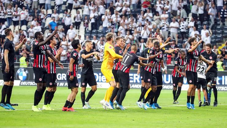 Die Spieler von Eintracht Frankfurt feiern den Einzug in die 3. Quali-Runde der Europa League.