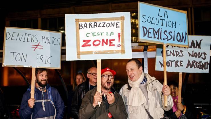 «Die Lösung Rücktritt», so die Meinung der Demonstranten am Dienstagabend vor der Sitzung des Genfer Stadtparlaments.