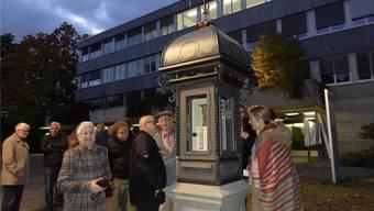 Im Hygrometer ist Frauenhaar eingebaut: die Wetterstation an ihrem neuen Standort vor dem Gemeindehaus bei der Einweihung im Oktober 2016.