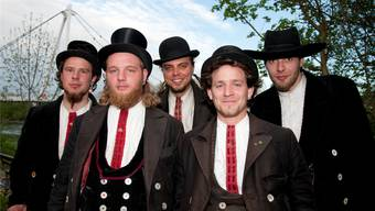 Dominic Felder, vorne rechts, feierte den Abschluss seiner vierjährigen Walz zusammen mit befreundeten Zimmermannsgesellen in Solothurn.