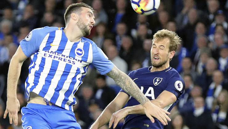 Brightons Shane Duffy (links) im Luftduell mit Tottenhams Goalgetter Harry Kane