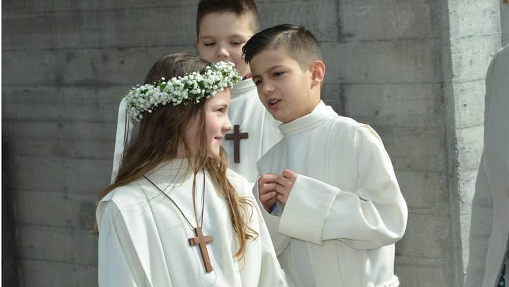 Da staunt der junge Mann: Der Blumenkranz sitzt, die Holde lächelt. Die Mädchen werden bewundert