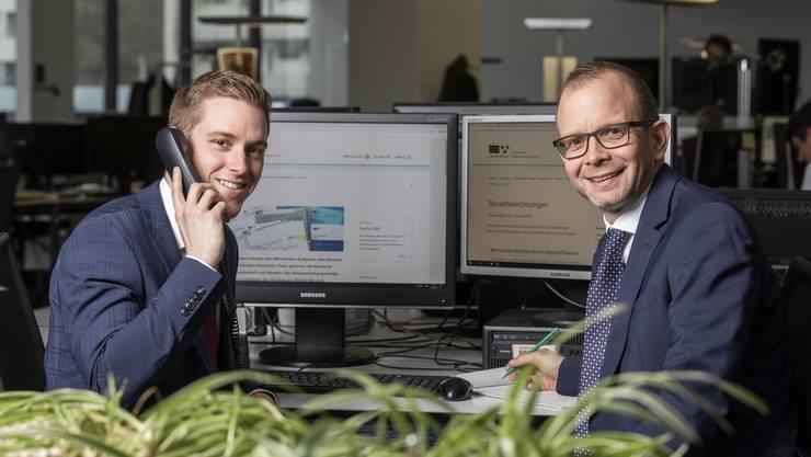 Die beiden Steuerspezialisten Silas Rohner (links) und Lukas Kretz am Lesertelefon.