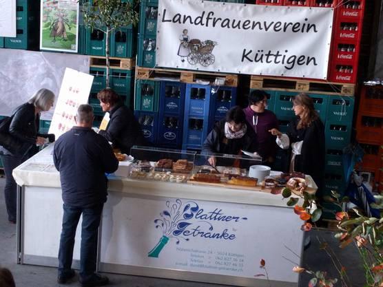 Die Landfrauen von Küttigen verpflegen mit feinen Kuchen.
