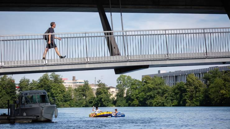 Im Sommer tummeln sich Freizeitler auf Gummiboot-Konstrukten.