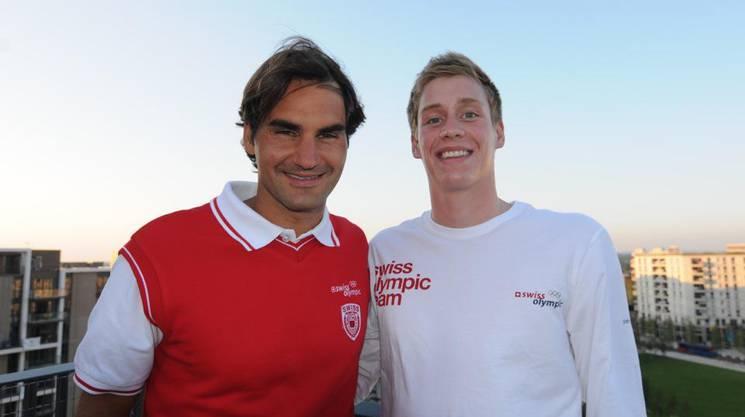 Schwimmer Yannick Käser mit Roger Federer