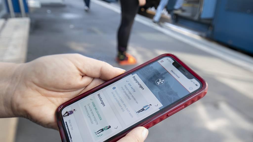 Findet die Schweiz mit der EU eine rechtliche Lösung, so könnten Reisende bereits im August die Swiss-Covid-App auch in Deutschland, Österreich und Italien benutzen. (Archivbild)