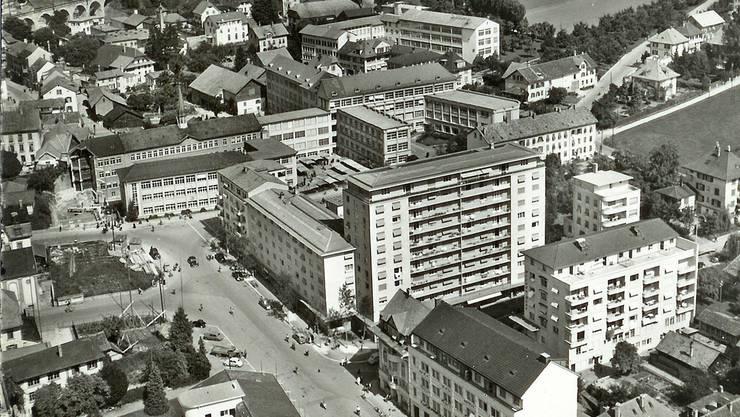 Postkarte von ca. 1954 mit dem Sorag-Komplex im Zentrum. Der Luterbacherhof vis-à-vis ist erst profiliert.