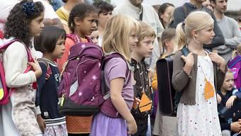 Gespannt bis skeptisch: Kinder warten auf ihre Klasseneinteilung am ersten Schultag vor dem Schulhaus Gottfried Keller in Basel.