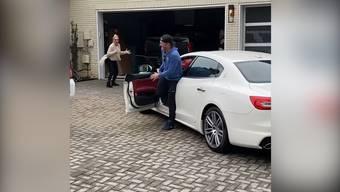 Baseballprofi Josh Donaldson schenkte seiner Mutter wie versprochen den weissen Maserati. Die Reaktion der Mama ist unbeschreiblich.