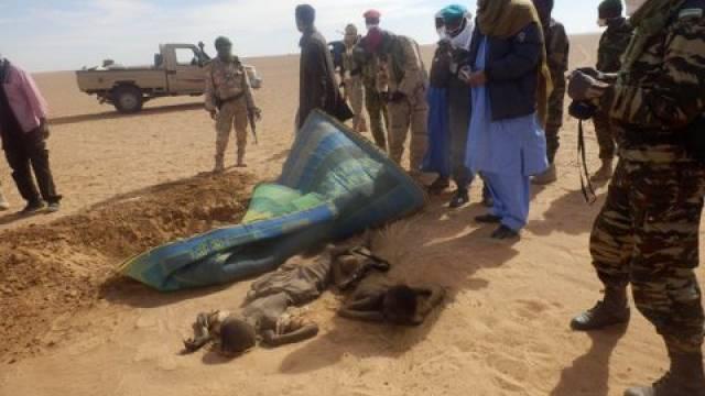Soldaten beerdigen die verhungerten Flüchtlinge