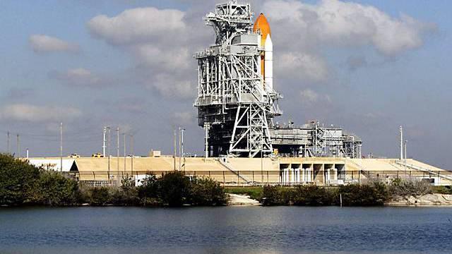 Die Startrampe samt dem Space-Shuttle Discovery ist vorbereitet