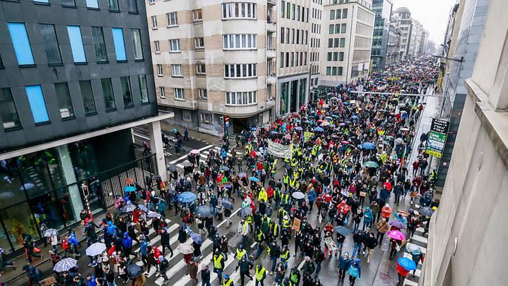 In Brüssel sind erneut Tausende für mehr Klimaschutz auf die Strasse gegangen.