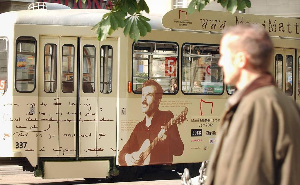 In Bern war Mani Matters Gesicht nicht nur auf zeitweise auf dem Tram zu sehen... (© Keystone)