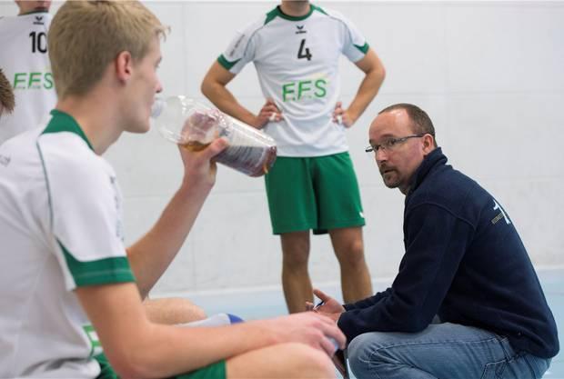 Trainer Florian Baur findet nach dem verpatzten Startsatz die richtigen Worte.