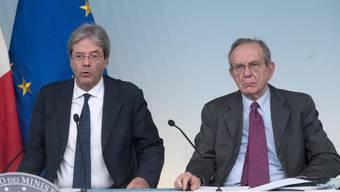 Regierungschef Paolo Gentiloni (l) und Finanzminister Pier Carlo Padoan stellen den Rettungsplan vor
