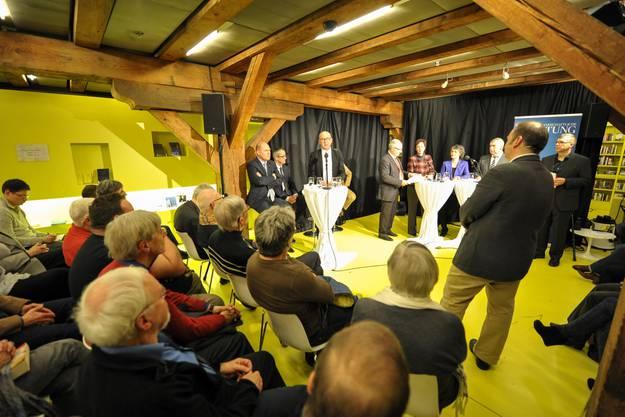Das Publikum hört interessiert den Ausführungen zu.