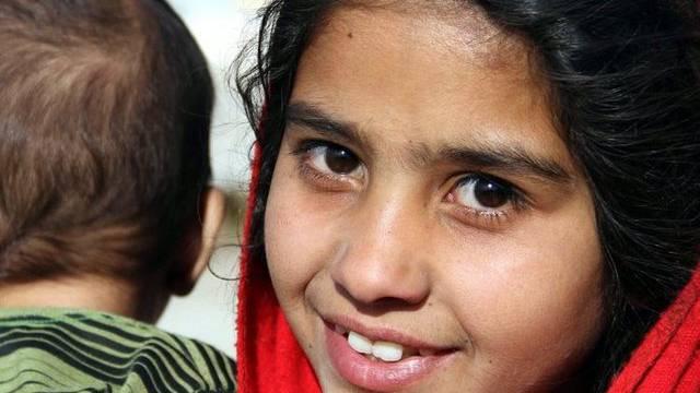 Ein afghanisches Mädchen mit seinem Bruder in Kabul (Symbolbild)