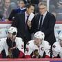 Der Ex-SCB-Headcoach Guy Boucher (im Anzug, links) wird bei den Ottawa Senators als Trainer durch seinen bisherigen Assistenten und früheren ZSC-Teamverantwortlichen Marc Crawford (im Anzug, rechts) abgelöst