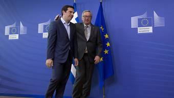 Griechenlands Regierungschef Alexis Tsipras (l) und EU-Kommissionspräsident Jean-Claude Juncker am Mittwochabend auf dem Weg zu ihrem Gespräch in Brüssel