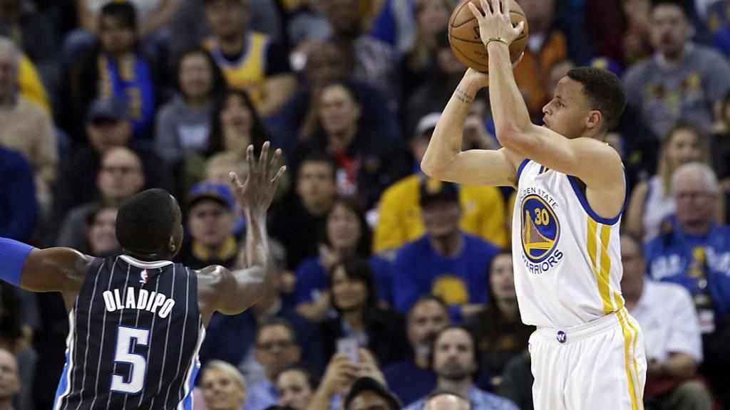 Stephen Curry setzt zu einem 3-Punkte-Wurf an
