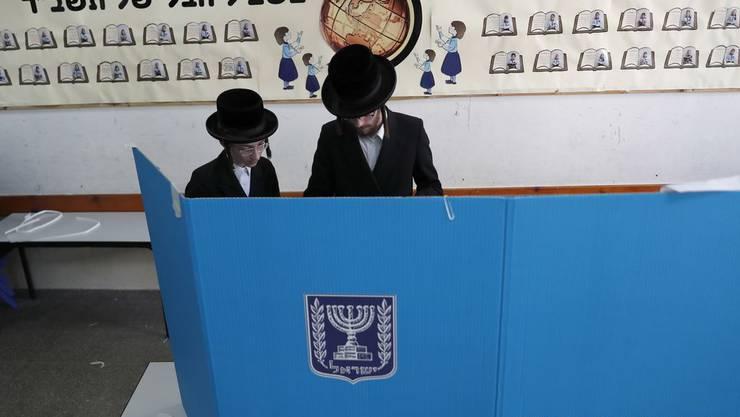 """Orthodoxe Juden in einem Wahlbüro. Bei den kommenden Parlamentswahlen in Israel geht es nicht zuletzt um die Identität des Staates Israel: Der rechts-religiöse Block möchte Israel zu einem """"frommen Staat"""" machen."""