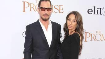 Chris Cornell (l) und Vicky Karayiannis letzten Monat in Los Angeles. Karayiannis kann nicht glauben, dass der Musiker sich umgebracht hat. (Archivbild)