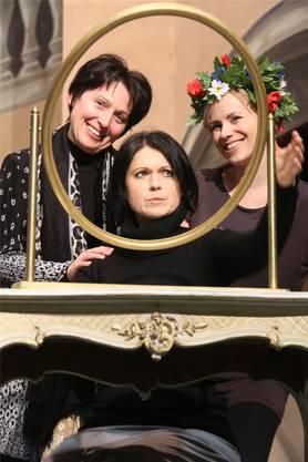Spieglein Spieglein an der Wand: Sandra Rohrer, Luisa Albrechtova und Verena te Best haben Spass.